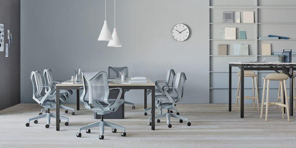 cadeiras Cosm no escritório cinza da Herman Miller