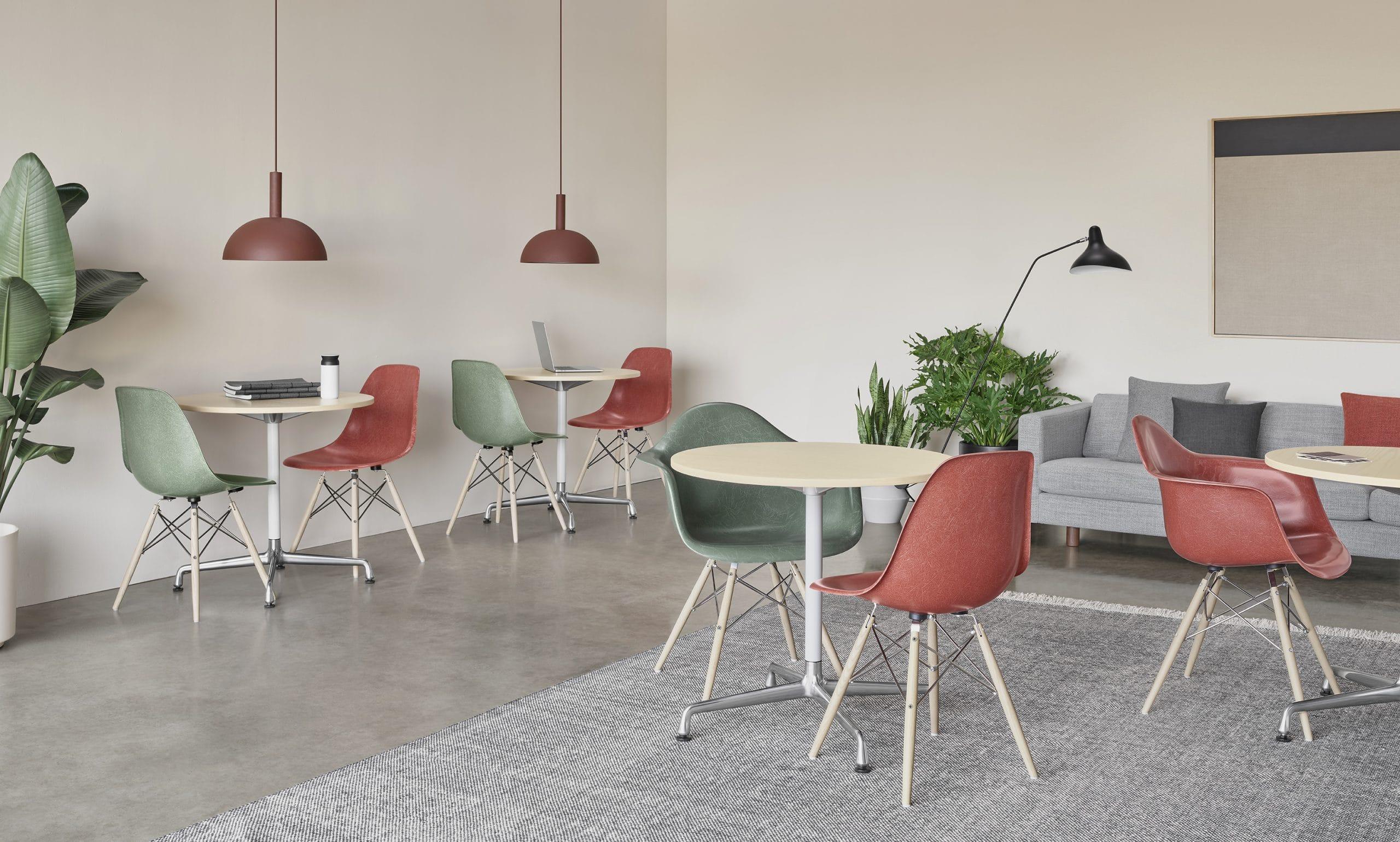 cadeira Eames original nas cores vermelha e verde