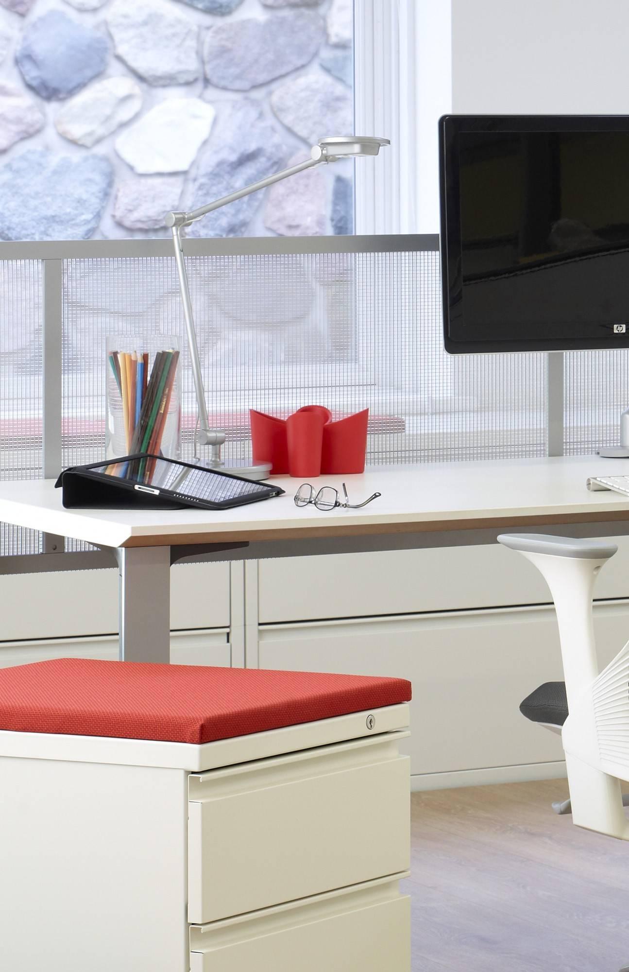 iluminação residencial com a luminária Tone em cima de uma mesa de escritório