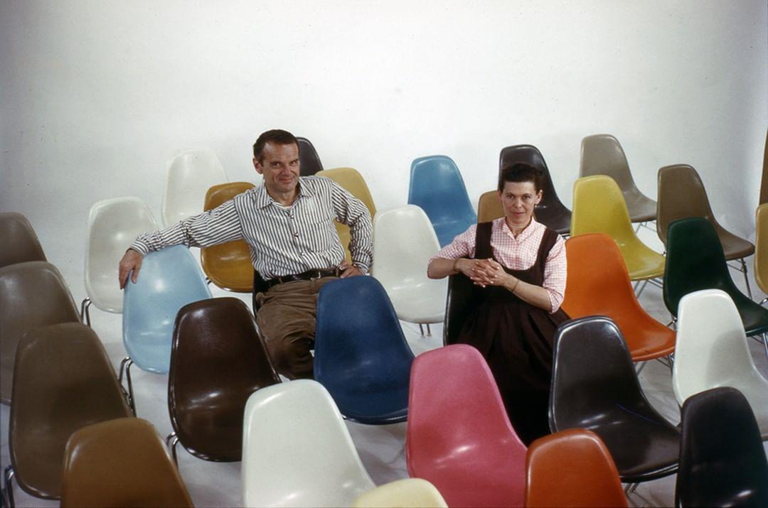 casal Eames com suas criações da cadeira Eames