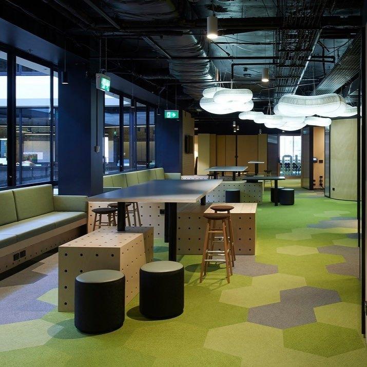 ambiente social do escritório com carpete na cor verde
