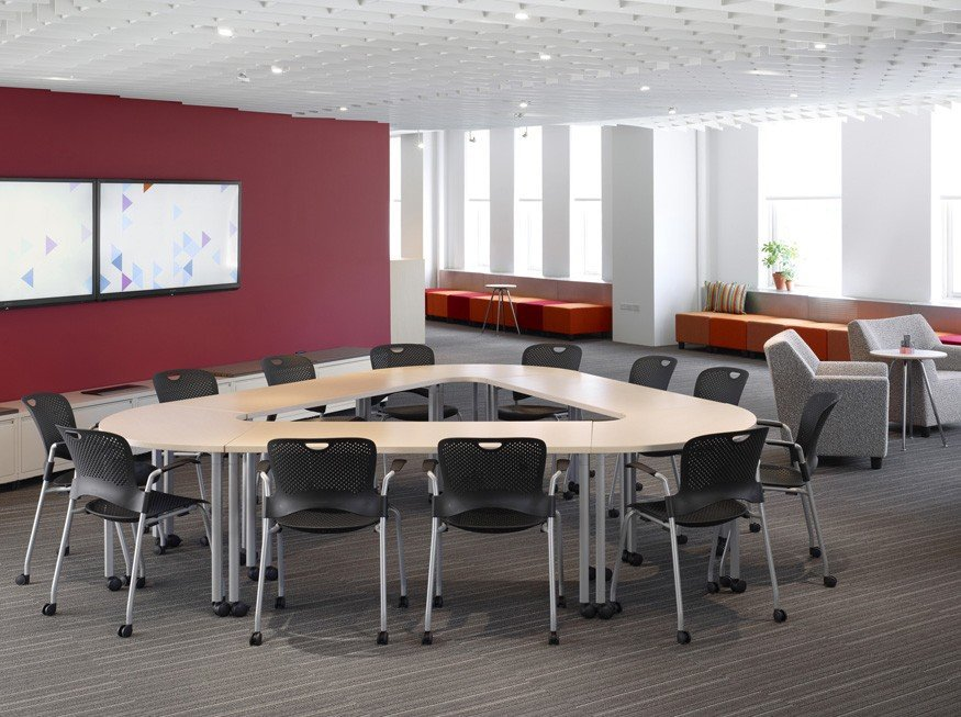 móveis sendo aplicados no escritório levando em consideração a neutroarquitetura