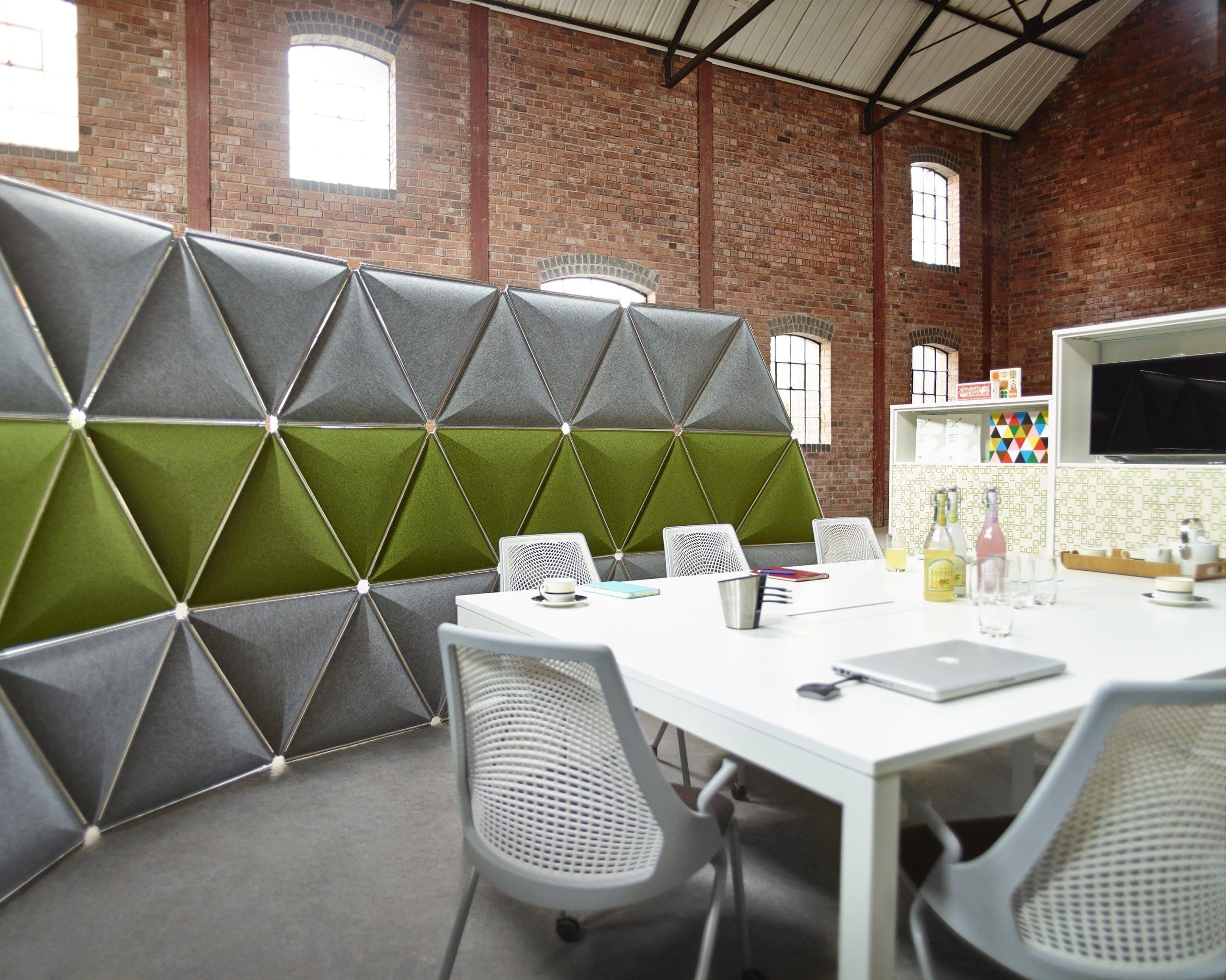 sala de reunião com divisórias acústicas